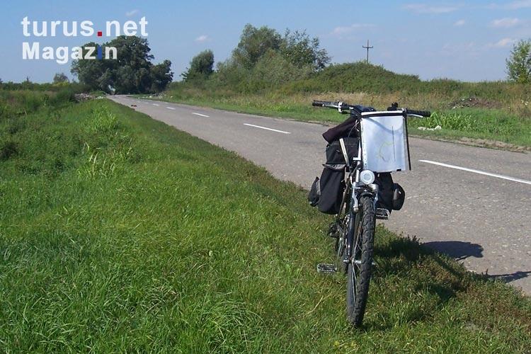 Weißes Fahrrad Am Straßenrand