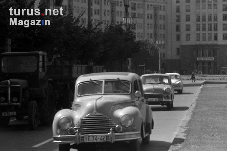 foto historische kraftfahrzeuge autos in ostberlin auf der stalinallee ddr anfang 60er jahre. Black Bedroom Furniture Sets. Home Design Ideas