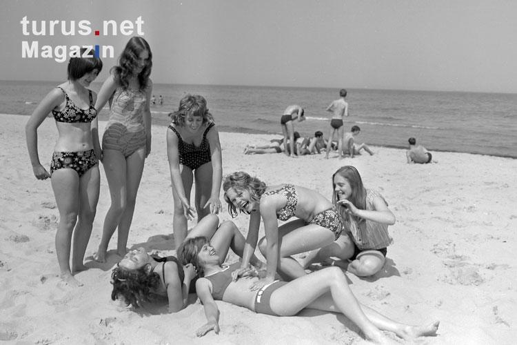 Foto: Jugendliche am Strand der Ostsee, Ferien in der DDR