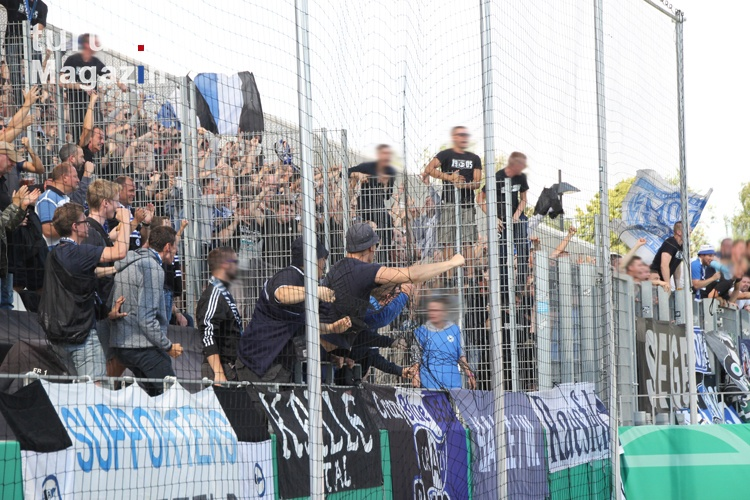 foto support ultras fans bielefeld in essen dfb pokal bilder von arminia bielefeld turus. Black Bedroom Furniture Sets. Home Design Ideas