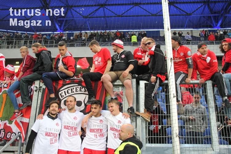 wuerzburg_fans_und_spieler_feiern_zweitligaaufstieg_2016_20160524_1227108999.jpg