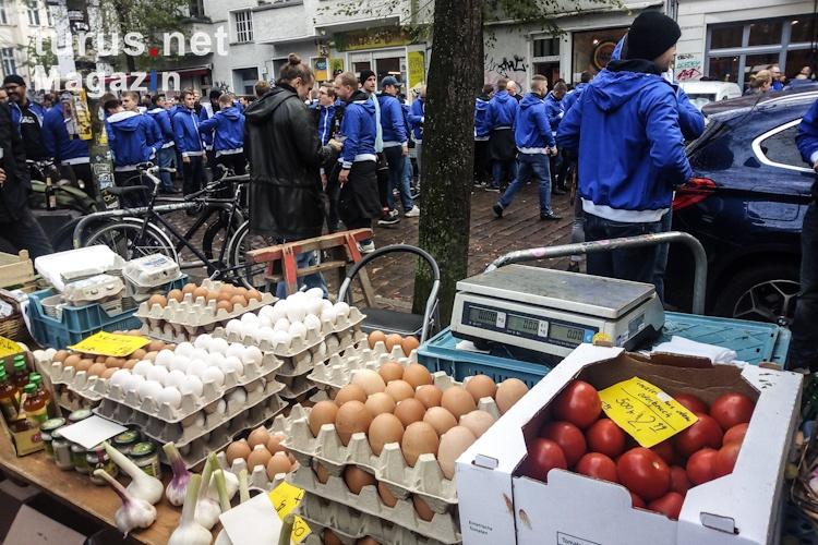 hertha-fans_auf_dem_wochenmarkt_20191102_1053254455.jpg