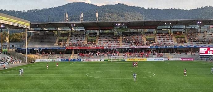 Gute Kulisse beim Drittligaauftakt im Freiburger Dreisamstadion