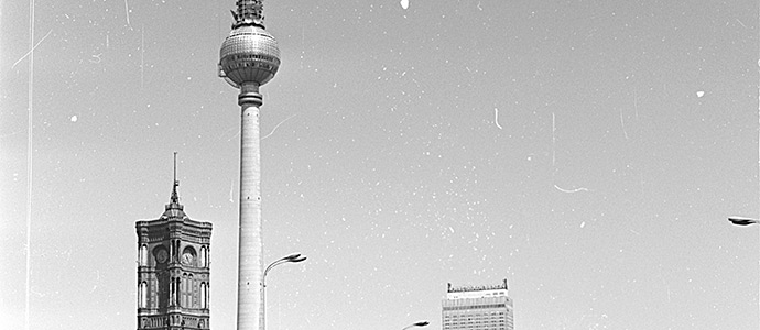3857-frontalvision-Ostberlin-Rotes-Rathaus-Fernsehturm