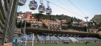 Mehr Bella Italia geht nicht: Wenn die Seilbahn quer über das Stadion fährt