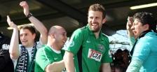 Matthew Taylor feiert seine zwei Tore und den Sieg von Preussen Münster gegen den KSC mit den Fans