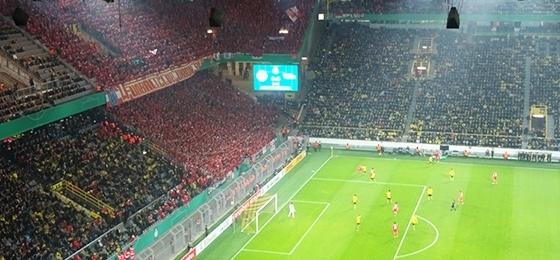 Bvb 09 gegen union berlin die rote wand bezwingt fast die gelbe wand magazin - Gelbe flecken an der wand ...