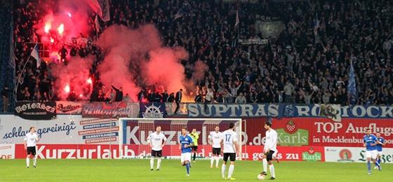 F.C. Hansa Rostock vs. 1. FC Magdeburg: Choreos, Pyro ...