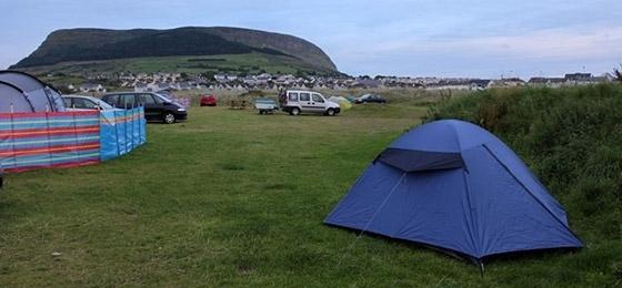 Zelten auf dem Campingplatz bei Sligo an der Westküste Irlands