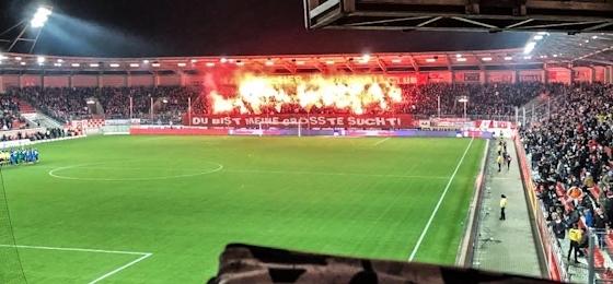 Hallescher FC vs. F.C. Hansa Rostock: Feuer und Flamme auf den Rängen und am Live-Ticker