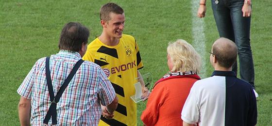 Sven Bender nimmt de Helmut Rahn Pokal in Empfang