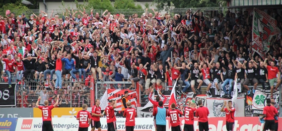 RWO Spieler und Fans feiern