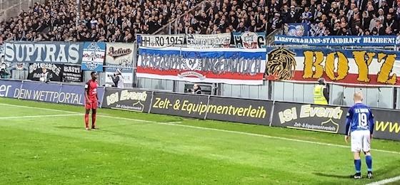 """F.C. Hansa Rostock: Auswärtssieg in Wiesbaden und Jubiläumsbanner der """"Reisegruppe Ungemütlich"""""""