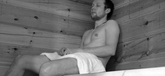 nackten mann in der umkleidekabine
