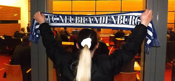 Die feste Burg hinter dem Klub: FCN-Fans vor dem Rathaus