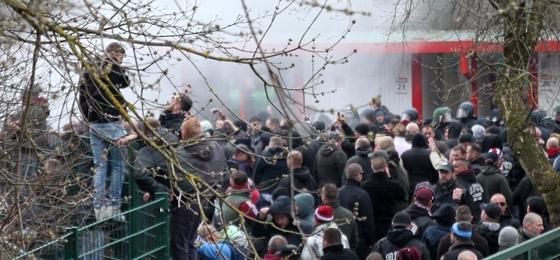 Polizeieinsatz nach Ostberliner Derby: Zahlreiche verletzte Fans und widersprüchliche Meldungen
