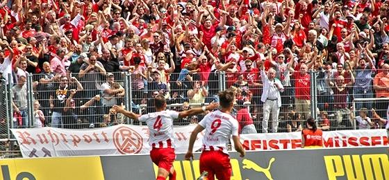 Jubel Treffer 1:0 Malura und Essen Fans