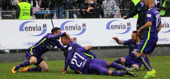 Erzgebirge Aue vs. Chemnitzer FC: Jubelorkan im Schneegestöber und himmelblaue Tränen