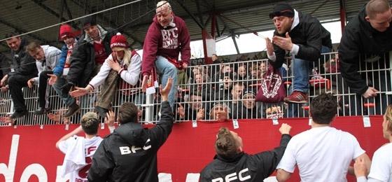 Union Berlin II vs. BFC Dynamo: Weinroter Derbysieg und wilde Szenen auf den Rängen