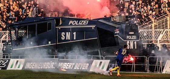 Lok Leipzig vs. Chemie: Pyro, Wasserwerfer, Unterbrechungen, Bierdusche - es brannte der Baum, doch man behielt die Nerven!
