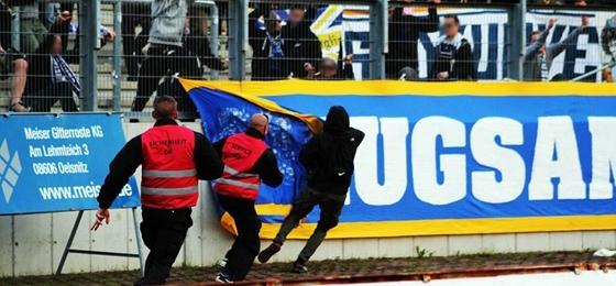 VFC Plauen vs. FC Carl Zeiss Jena: Harter Polizeieinsatz nach versuchtem Fahnenklau