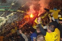 Hannover 96 vs. Dynamo Dresden: Fanmarsch, Bengalos und ein friedlicher Platzsturm