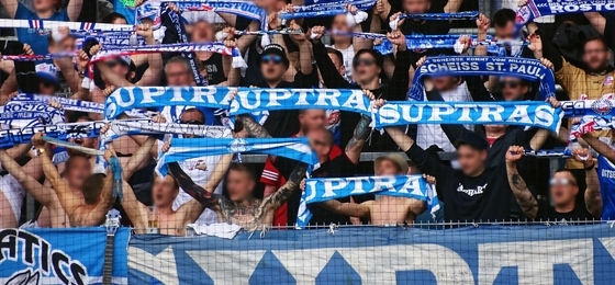Chemnitzer FC vs. F.C. Hansa Rostock: Spruchbänder, Gesang mit Gitarre und ein himmelblauer Sieg